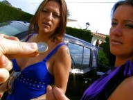 Vidéo porno mobile : Two sisters lick the big cock of Larry